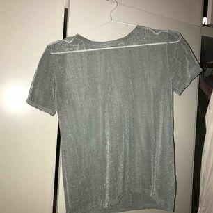 Säljer denna underbara mesh T-shirt från zara i en klar ljusblå glittrig färg. Använd en gång ungefär. Möts i stan!🧡🧡