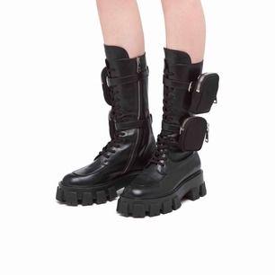 Säljer mina SJUKT SNYGGA prada liknande boots från Sydkorea!! Fick de i present dock har de kommit till skott en gång. De är i äkta skinn och otroligt sköna🖤🖤