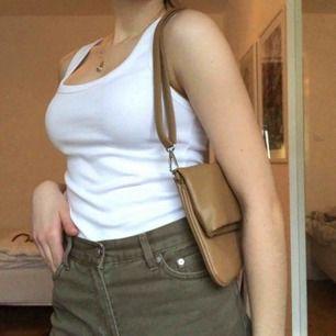Superfin väska som går att använda både som shoulderbag och axelremsväska! Sliten, men inget man ser när man bär den. Priset är dock lågt av anledningen!🥰