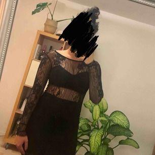 Spetsklänning i bra skick, finns ett litet hål vid armhålan, men syns knappt. Frakt tillkommer med cirka 39kr