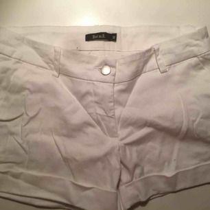 Vita shorts med fickor fram