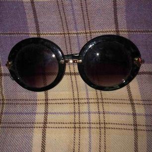 Runda solglasögon med gröna tintade bågar som även har leopardmönster. Guldiga detaljer. Dem ser jättesmutsiga ut på bilden men dem är verkligen inte det irl?? Frakt inkl. i priset!!