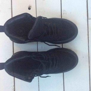 Sneakers modell hög med tjock grov sula. Använda 1 gång.
