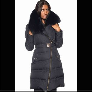 Säljer nu denna Versace jacka som på bilden fast utan päls, använd fåtal gånger, storlek 38/40 (44 italiensk)