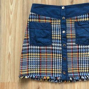 SJUKT snygg kjol från Zara. Lite använd, matchar till mycket eftersom den har många färger i sig!