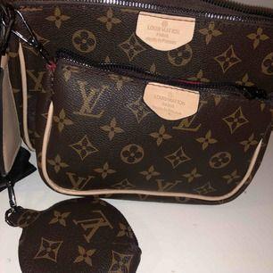 Louis Vuitton väskor , fräscha, ej äkta  SET: 500kr annars separat pris på den stora och lilla + den runda lilla väskan