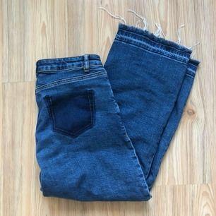 Ankelkorta vintage jeans, med fransar/slitningar nedtill!  Saknar bakficka, skulle byta ut fickan till ett annat mönster så det blev inte av. Därav priset!
