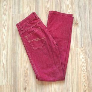 """SJUKT snygga vintage jeans, med """"blixtar"""" på baksidan. Ganska högmidjade. Passar dig som gillar jeans som följer dina former men som samtidigt sitter super bekvämt!  Hör av dig för mått osv!"""