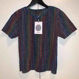 Glittrig tshirt från Monki i st S Oanvänd med lappar kvar!   Frakt ingår ej