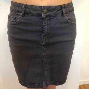 Stretchig jeans kjol från Peak Performance, storlek S och i bra snyggt skick.