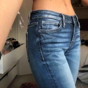 Tvärfeta lowwaisted bootcut byxor som man får 90/2000 tals vibes av. Storlek W26 L31 (jag är ca 165) Jättesköna och ändå ganska trendiga jeans från CROCKER nypris 900 mitt pris 150 plus frakt💓