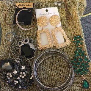 Paket med olika smycken säljes för 150kr inklusive frakt.