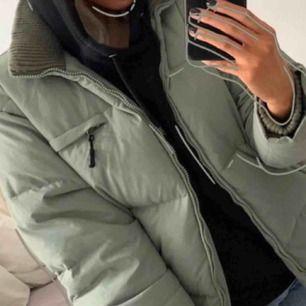 (inte mina bilder) säljer min jacka från fila som tyvärr inte kommer till användning eftersom ja har en ny, super cool då den kan bli en väst också, ljusgrön färg och super bekväm! köptes för 1100kr om jag minns rätt, kram💘