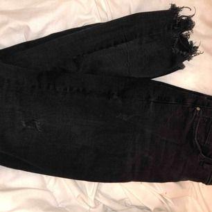 Tajta svarta jeans med lite söndriga detaljer. Frakt tillkommer