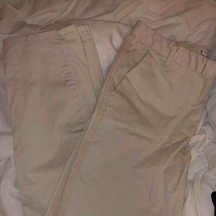 Jätte fina beige byxor, säljer pågrund av att de inte används. Frakt tillkommer