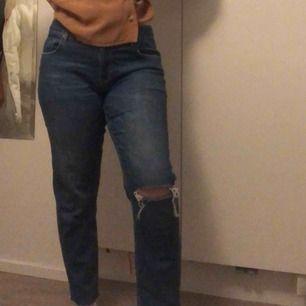 Jätte fina blåa jeans med ett hål vid knät. Frakt tillkommer