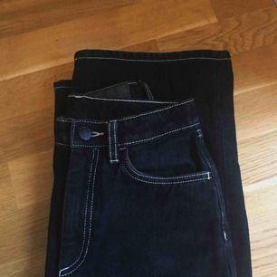 """Svarta jeans med vita sömmar från monki i modellen """"mozik"""". Köpte de här på plick men tyvärr passade de inte. Det är helt ok skick men själv har jag bara provat💖 Buda gärna eftersom det är fler som är intresserade!!"""