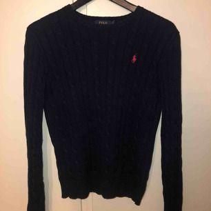 Stickad tröja från Ralph Lauren i nyskick. Färgen är mörkblå med röd logga. Använd ca 5 gånger och säljer pga inte använder. Köparen står för frakt eller mötas i Björklinge eller Uppsala❣️