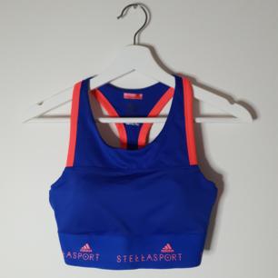 Träningstop från Adidas by Stella McCartney. Nyskick  Nypris 59€