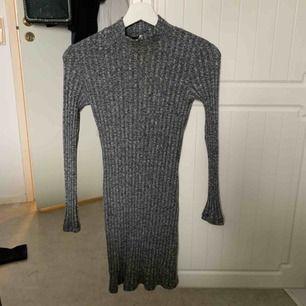 Gråmelerad stickad klänning från chiquelle, sitter jättefint på och sticks inte! Använd 2 gånger