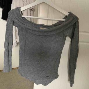 Gråmelerad off shoulder tröja från holliser, använd en gång