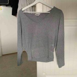 Grå luftig tröja, köpt för flera år sedan men sparsamt använd!