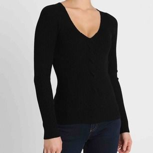 Svart åtsittande stickad tröja. Använt ett fåtal gånger bara, så den är i fint skick💕 Frakt 54 kr
