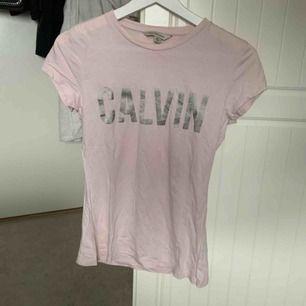 Rosa t-shirt från Calvin Klein, köpt i New York, använd en gång.