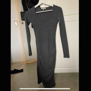 Jätteskön grå stickad klänning från Chiquelle! Snygg slits på en av sidorna! Sparsamt använd!