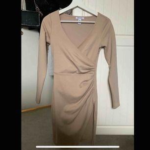 Jättefin beige klänning från Nelly, vet inte om den finns kvar, köpte den för två år sedan. Använd 2 gånger