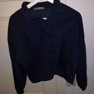 Vintage liknande marinblå college tröja köpt från Pull&Bear. Sitter oversized på mig som brukar ha s/m.