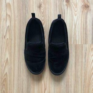 Snygga loafers i svart sammet. Snålt använda. Fler bilder skickas vid intresse, hör av dig isåfall!