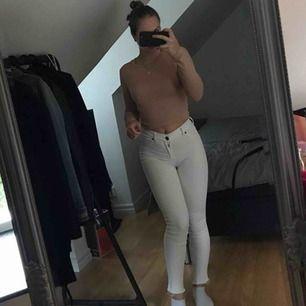 Vita jeans från Nelly i str s, fraktar för 59. Frakten blir billigare ju fler plagg du tar. Detta är dr denim modellen i hög midja