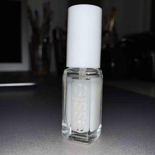 CC for nails från Essie. Fungerar som ett nagellack men denna ska motverka naglar som blivit gula. 5ml. Fick denna julen 2018 i Essie's julkalender. Endast testad en gång så den är så gott som ny. Frakt tillkommer. Kontakta gärna mig vid frågor!🥰