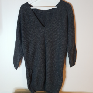Lång stickad tröja (rib dress) från MOSS Copenhagen. Nypris 699 kr.