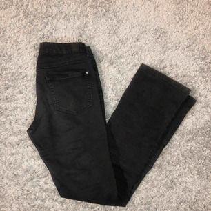 Svarta bootcut jeans i storlek 158 (XS/S). Köparen står för frakten!💓