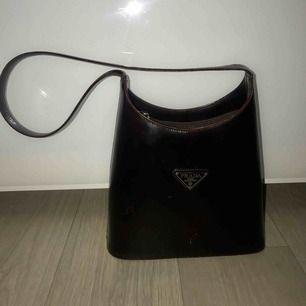 Galet fin prada väska som jag köpt second hand för 500kr. Vet ej om den är äkta men väldigt fin kvalité trots några repor ☺️