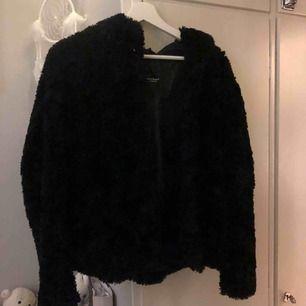 Jättefin svart fakepäls jacka från vero Moda. Är strl L men liten i storleken så passar en M/S. Den har en luva!