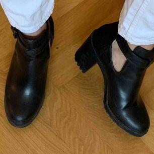 Svarta stövletter från Zara Storlek 38 I läder med mocka detaljer på hälen Skick: se bilder  Frakt tillkommer