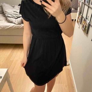 Superskönt klänning från gina tricot. Sparsamt använd men säljer billigt pga att jag har färgat den svart själv, därav det ljusa sömmarna som inte blev färgade. Frakt 30kr