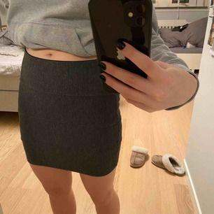 """Grå """"ribbad"""" kjol som inte kommer till användning länge. Sparsamt använd. Frakt 30kr"""