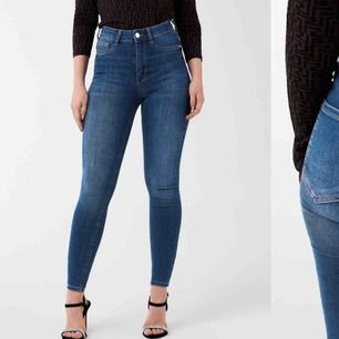 Ginatricot highwaist petite jeans i strl S.  Endast testade och lappen sitter kvar.  Köpte dessa jeans för 299kr men har missat returtiden så säljer billigare här för att få det sålt! 150kr inkl.frakt.