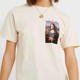En oversized t-shirt med Mona-Lisa tryck på! Använd ca 2ggr 💖 frakten tillkommer på 36kr!
