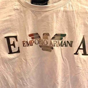 En AAA kopia Armani T shirt från Dubai, hel vitt. Säljer pågrund av att den ej kommer till användning  Frakt på 30 kr 📦 DM för mer bilder.
