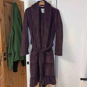 En mysig lila morgon-/badrock med fickor. Storlek S men passar strl. M också. Bra skick. Frakt tillkommer. Kontakta gärna mig vid frågor!🥰