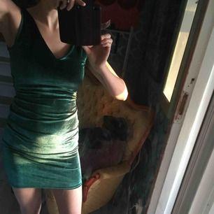 Superfin klänning i sammet från NLY. Använd en gång pga lite för liten för mig. Nypris 399 kr.