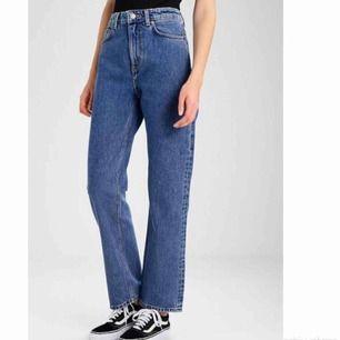 Snyggaste jeansen från Weekday i modellen Voyage! Hög midja och raka ben. W25/L26 Frakt tillkommer