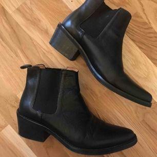 Chelsea-boots i skinn från Wera. Så snygg modell med spetsig tå. Använda en handfull gånger så i superfint skick! Nypris 1699kr. Frakt tillkommer