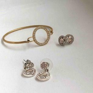 Smycken! De små örhängena är från Lily and Rose, de större från Snö of Sweden, armbandet från Pilgrim. 40 kr St, 100 för alla! Plus typ 9 kr frakt. Alla nyskick, knappt använda överhuvudtaget 👩❤️💋👩