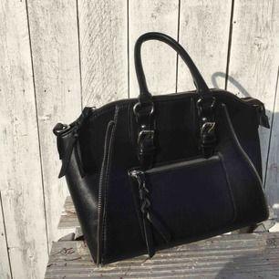 """Säljer en svart väska med silverdetaljer & handtag som är i bra skick. Den har dock en liten """"skavank"""" som ni ser på andra bilden (därav priset) men det är ingenting som syns tydligt.🌚"""